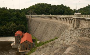 Widok na zaporę w Pilchowicach