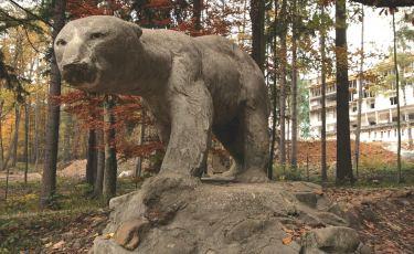 Betonowy pomnik niedźwiedzia (Fot. mateo)