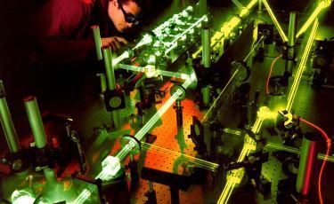Naukowiec podczas eksperymentów z technologią laserową.