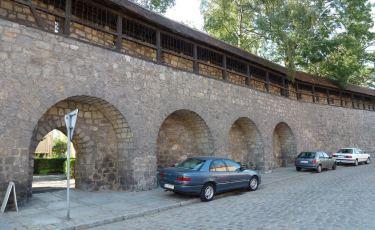 Fragment murów obronnych z gankiem straży zachodniej (Fot. Paweł Witan. Licencja CC BY-NC-SA 2.0)