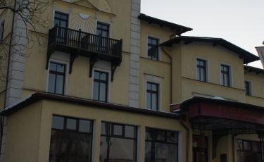 Przed wejściem Hotelu Fenix w Jeleniej Górze