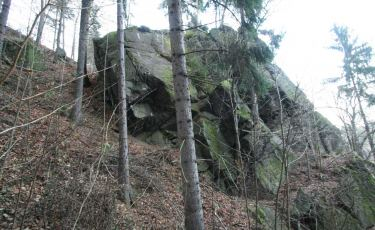 Kanclerz - granitowa skałka na zboczach schodzących do Jeziora Modrego.