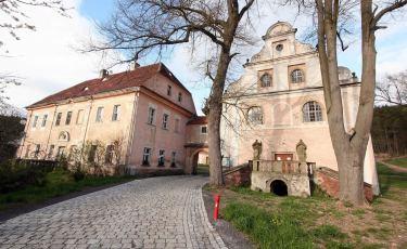 Kościół 14 Wspomożycieli wraz z Pałacem Opackim (Fot. aga)