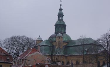 Masywna sylwetka kościoła (Fot. TijsB/flickr Licencja: CC BY-SA 2.0)