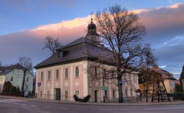 Pięknie zdobiona fasada kościoła (Andrzej Wrotek/flickr Licencja: CC BY-ND 2.0)