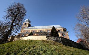 Kościół Parafialny pod wezwaniem Matki Bożej Królowej Polski i św. Maternusa (Fot. mateo)