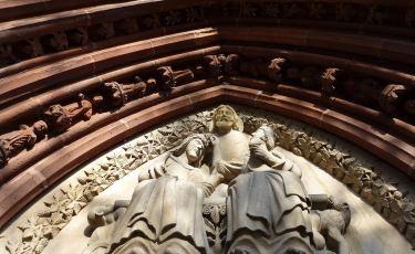Tympanon przedstawiający koronację NMP na portalu kościoła pw. Wniebowzięcia NMP. (Fot. Paweł Witan/flickr Licencja CC BY-NC-SA 2.0)