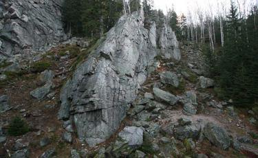 Krucze Skały w Karpaczu przywitają nas najpierw Mała Ścianą - przygotowaną do wspinaczki.
