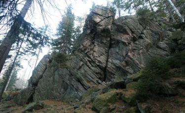 Ściana z Okapem w grupie Kruczych Skał to granitowa turnia o wysokości 18 metrów, na której znajdują się drogi wspinaczkowe.