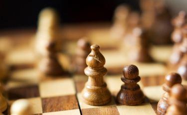 Gra w szachy (Fot. Romain Guy / flickr Licencja: CC BY-SA 2.0)