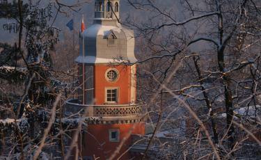 Widok na Pałac Paulinum w Jeleniej Górze o zachodzie zimowego słońca.