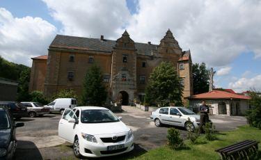 Elewacja frontalna pałacu Płakowice z widocznym portalem.