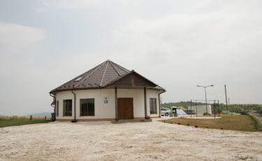 Dom stoi przy wiatraku (Fot. krystian)