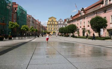 Płyta rynku w Bolesławcu z fontanną.