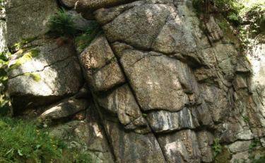 Tablica to granitowa, mocno zacieniona turniczka o wysokości 8 metrów.