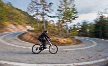 Rowerem po górskim szlaku (Fot. Nikos Koutoulas/flickr Licencja: CC BY 2.0)
