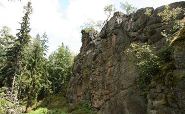 Ukryty Mur to ciąg granitowych ścian, dochodzących do wysokości 25 metrów, zlokalizowanych z tyłu Podkowy.