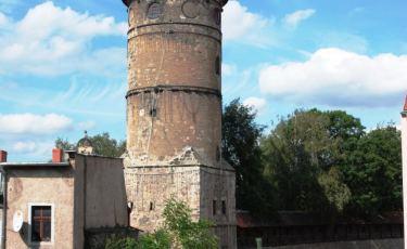 Wieża Bramy Lubańskiej widziana od ulicy Traugutta. (Fot. Jordi Escuer Licencja CC BY-NC-ND 2.0)
