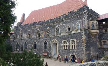 Budynek palatium zamku Grodziec ze wschodnich pozostałości murów