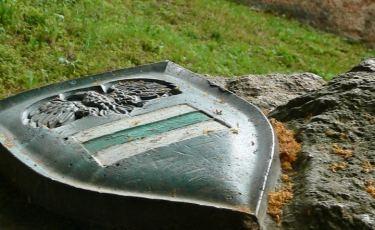 Herb zielonego Szlaku Zamków Piastowskich pod Zamkiem Grodno (Fot. Krystian Buczak)